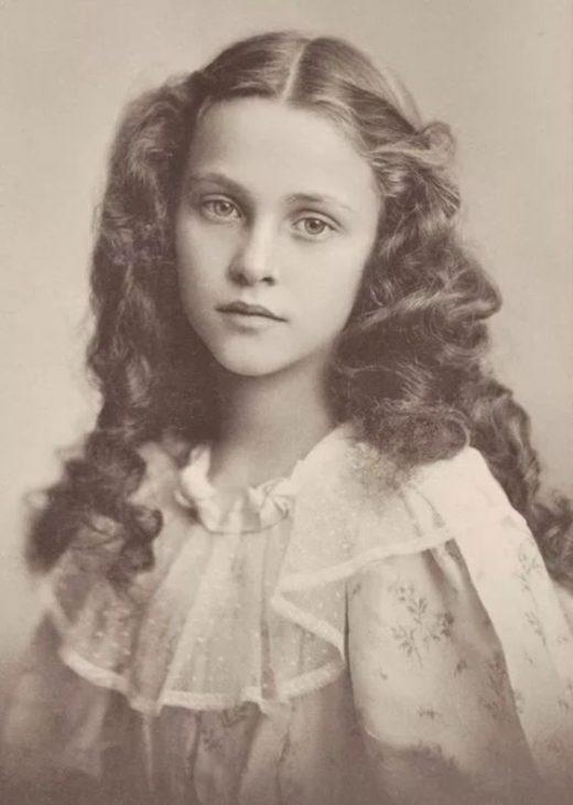 Цветы в её волосах, небо в её глазах.