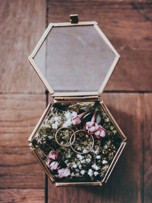 DIY Ringkissen aus Moos in Glasschatulle für eine Boho Hochzeit selbermachen