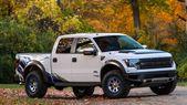 Форд Раптор с бэдлоками на дисках в осеннем лесу