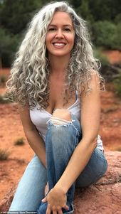 Woman feels sexier than At any time soon after selecting to embrace her silver hair